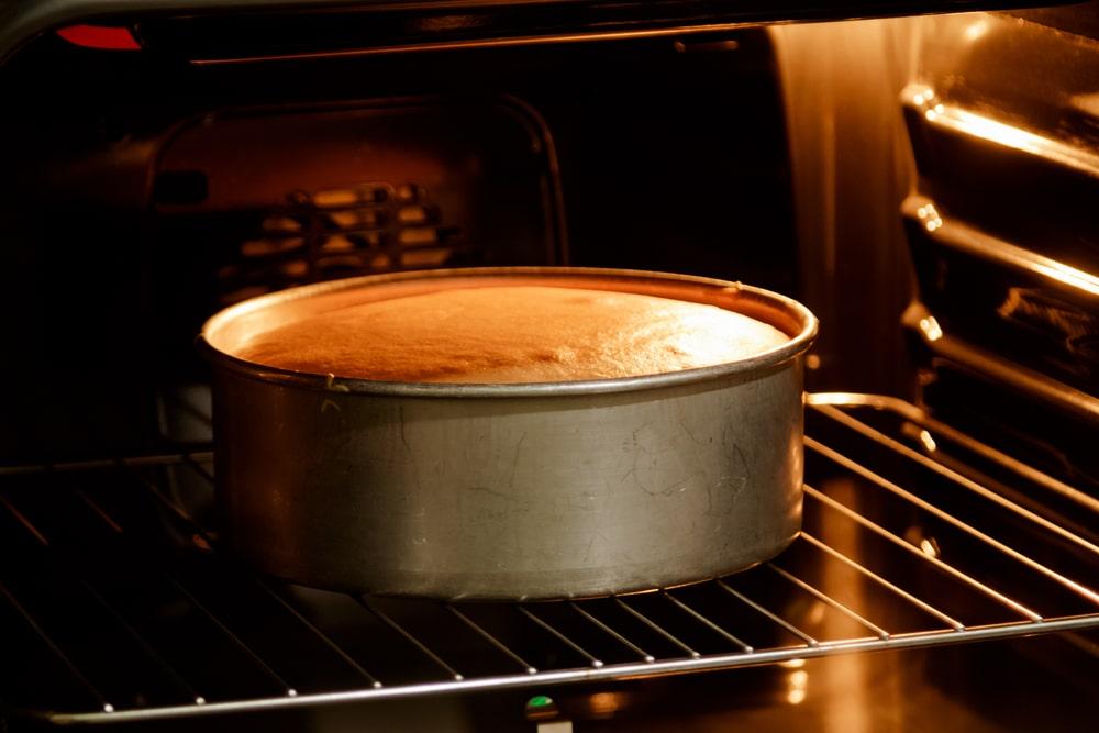 memanggang cake